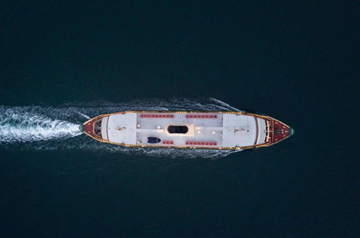 Båt sett ovenfor