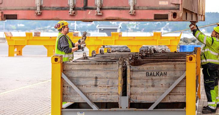 To menn på havnen med container
